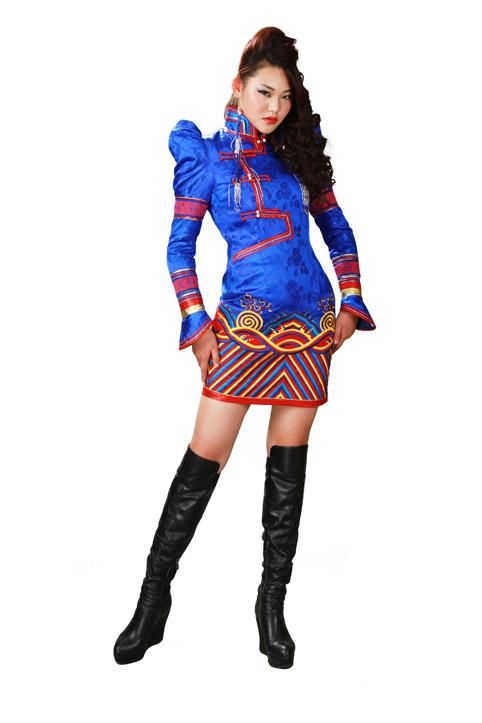 当她和工作人员设计制作蒙古袍时